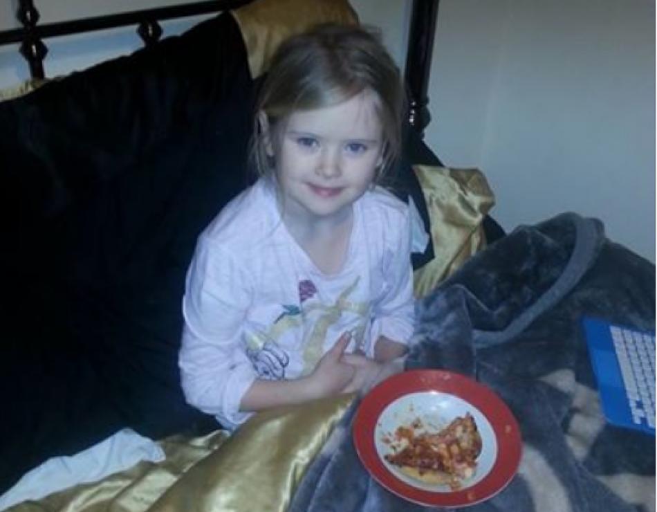 Publica fotografía de su hija 15 minutos antes de apuñalarla